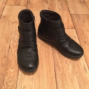 Black Leather Clarks Ankle Boots Size 9.5
